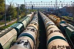 Πολλοί μεταφέρουν τα αυτοκίνητα πετρελαίου στο σταθμό στοκ φωτογραφίες με δικαίωμα ελεύθερης χρήσης