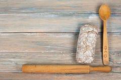 Πολλοί μικτοί ψωμιά και ρόλοι του ψημένου ψωμιού στο ξύλινο επιτραπέζιο υπόβαθρο Τοπ όψη Στοκ Φωτογραφίες