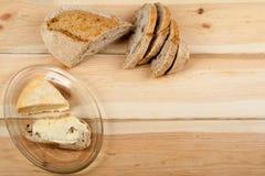 Πολλοί μικτοί ψωμιά και ρόλοι του ψημένου ψωμιού στο ξύλινο επιτραπέζιο υπόβαθρο Στοκ Φωτογραφία