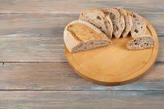 Πολλοί μικτοί ψωμιά και ρόλοι του ψημένου ψωμιού στο ξύλινο επιτραπέζιο υπόβαθρο Στοκ φωτογραφίες με δικαίωμα ελεύθερης χρήσης