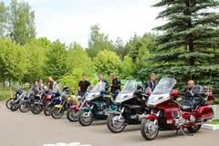 Πολλοί μοτοσυκλετιστές ποδηλατών με τις ζωηρόχρωμες μοτοσικλέτες στο χώρο στάθμευσης Μινσκ, Λευκορωσία, 28 2018 στοκ φωτογραφίες με δικαίωμα ελεύθερης χρήσης