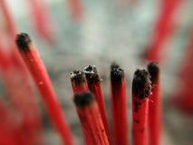 Πολλοί ξύλινο κόκκινο θυμίαμα έκαψαν ήδη, μακροεντολή στοκ φωτογραφίες