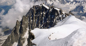Πολλοί ορειβάτες βουνών επάνω από Mer de Glace κοντά σε Chamonix Στοκ φωτογραφίες με δικαίωμα ελεύθερης χρήσης