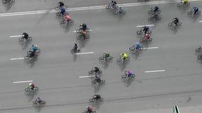 Πολλοί ποδηλάτες οδηγούν κατά μήκος του δρόμου απόθεμα βίντεο