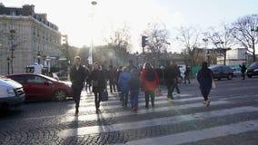 Πολλοί πολυάσχολοι άνθρωποι που διασχίζουν την οδό στην παλαιά ευρωπαϊκή πόλη, που παρατηρεί τους κανόνες κυκλοφορίας απόθεμα βίντεο