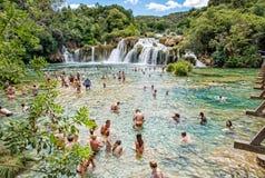 Πολλοί τουρίστες κολυμπούν στους καταρράκτες, Krka, Κροατία, εθνική Στοκ εικόνες με δικαίωμα ελεύθερης χρήσης