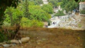 Πολλοί τουρίστες που περπατούν από τα υπολείμματα της αγοράς της Αθήνας, αρχαία θέση συλλογής απόθεμα βίντεο