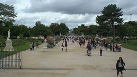 Πολλοί τουρίστες στο πάρκο Jardin des Tuileries Παρίσι στη Γαλλία φιλμ μικρού μήκους
