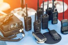 Πολλοί φορητοί ραδιο πομποδέκτες στον πίνακα στην έκθεση τεχνολογίας Διαφορετικό walkie-talkie ραδιο σύνολο Συσκευές επικοινωνίας στοκ εικόνες