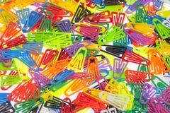 Πολλοί χρωματισμένοι συνδετήρες εγγράφου στο λευκό Στοκ Φωτογραφίες