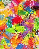 Πολλοί χρωματισμένοι συνδετήρες εγγράφου στο λευκό Στοκ Εικόνες