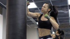 Πολτάβα, Ουκρανία, το Σεπτέμβριο του 2017: Όμορφη punching κατάρτισης γυναικών Kickboxing τσάντα ικανότητας κατάλληλο σώμα δύναμη απόθεμα βίντεο