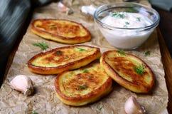 Πολτοποίηση Fritters πατατών με την ξινή κρέμα στοκ εικόνα με δικαίωμα ελεύθερης χρήσης