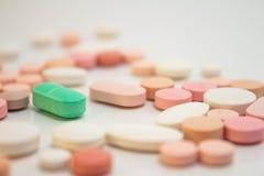 Πολυάριθμα χρωματισμένα χάπια στοκ εικόνα