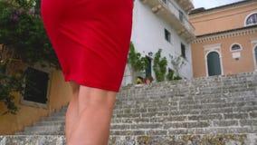Πολυάσχολη γυναίκα που μιλά στο smartphone στεμένος στα σκαλοπάτια υπαίθρια απόθεμα βίντεο