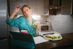 Πολυάσχολη γυναίκα που τρώει, καφές κατανάλωσης, που μιλά στο τηλέφωνο, που λειτουργεί σε ένα lap-top συγχρόνως Να κάνει επιχειρη Στοκ φωτογραφίες με δικαίωμα ελεύθερης χρήσης