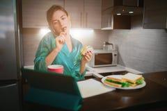 Πολυάσχολη γυναίκα που τρώει, καφές κατανάλωσης, που μιλά στο τηλέφωνο, που λειτουργεί σε ένα lap-top συγχρόνως Να κάνει επιχειρη Στοκ εικόνα με δικαίωμα ελεύθερης χρήσης