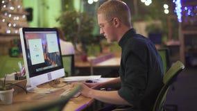 Πολυάσχολη δημιουργική έναρξη επιχειρηματιών που λειτουργεί στο προσωπικό Η/Υ του στο υπόβαθρο του σύγχρονου γραφείου eco Επιτυχή απόθεμα βίντεο