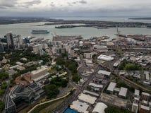 Πολυάσχολη εναέρια άποψη πόλεων του Ώκλαντ με τις εθνικές οδούς και το κρουαζιερόπλοιο στο λιμάνι στοκ εικόνα