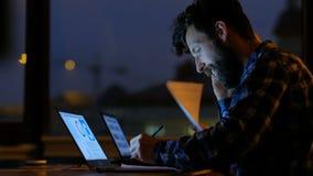 Πολυάσχολη εργασία γραφείων επιχειρησιακών επικοινωνιών αργά φιλμ μικρού μήκους