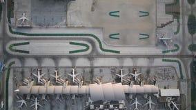 Πολυάσχολη ημέρα στον τεράστιο σύγχρονο διάδρομο σταθμών αεροπλάνων  απόθεμα βίντεο