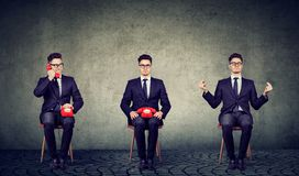 Πολυάσχολη και ήρεμη cumstomer συνεδρίαση αντιπροσώπων υπηρεσιών στην καρέκλα στοκ φωτογραφία