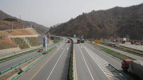 Πολυάσχολη κυκλοφορία σε μια οδό ταχείας κυκλοφορίας, Shaanxi, Κίνα απόθεμα βίντεο