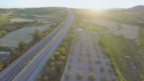 Πολυάσχολη κυκλοφορία στον αυτοκινητόδρομο Εναέριος πυροβολισμός του δρόμου, όμορφη φύση καταπληκτικό ηλιοβασίλ&ep φιλμ μικρού μήκους