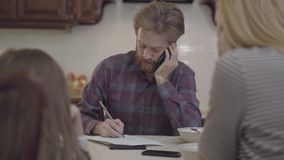 Πολυάσχολη ομιλία πατέρων με τηλέφωνο κυττάρων, δεν έχει κανέναν χρόνο και δεν δίνει προσοχή στην κόρη και στη σύζυγό του Η οικογ απόθεμα βίντεο