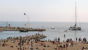 Πολυάσχολη παραλία στη Βαρκελώνη, Ισπανία απόθεμα βίντεο