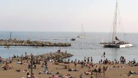Πολυάσχολη παραλία το καλοκαίρι, Βαρκελώνη, Ισπανία φιλμ μικρού μήκους