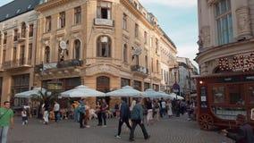 Πολυάσχολη στο κέντρο της πόλης πόλη του Βουκουρεστι'ου στην παλαιά κωμόπολη Lipscani της Ρουμανίας απόθεμα βίντεο