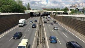 Πολυάσχολοι αυτοκινητόδρομος του Βερολίνου/εθνική οδός Autobahn με πολλά αυτοκίνητα και φορτηγά που οδηγούν κοντά - υψηλός πυροβο απόθεμα βίντεο