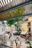 Πολυάσχολοι τουριστικοί εστιατόρια και φραγμοί με την παραδοσιακή πορτογαλική αρχιτεκτονική στοκ εικόνες