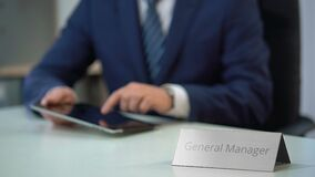 Πολυάσχολος γενικός διευθυντής που χρησιμοποιεί το PC ταμπλετών, που λειτουργεί στο μάρκετινγκ και τα προγράμματα πωλήσεων απόθεμα βίντεο