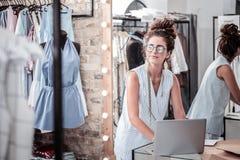 Πολυάσχολος εργατικός σχεδιαστής που γράφει το σημαντικό επιχειρησιακό ηλεκτρονικό ταχυδρομείο στο lap-top της στοκ φωτογραφία με δικαίωμα ελεύθερης χρήσης