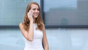 Πολυάσχολος σε Smartphone, που στέκεται έξω από το γραφείο Στοκ φωτογραφία με δικαίωμα ελεύθερης χρήσης