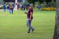 Πολυάσχολος στο έξυπνο τηλέφωνο στοκ φωτογραφία με δικαίωμα ελεύθερης χρήσης