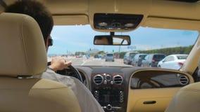 Πολυάσχολο πλούσιο αρσενικό οδηγώντας αυτοκίνητο στη παραθεριστική πόλη, επιχειρηματίας που πηγαίνει στη συνεδρίαση, πολυτέλεια φιλμ μικρού μήκους