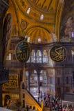 Πολυέλαιοι, θόλοι και τοιχογραφίες στο θαυμάσιο και όμορφο διάσημο μουσουλμανικό τέμενος Hagia Sophia στοκ φωτογραφία με δικαίωμα ελεύθερης χρήσης