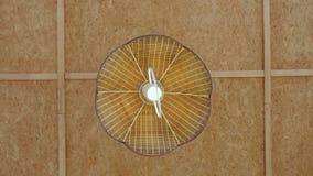 Πολυέλαιος αχύρου με τη χαμηλή ενέργεια lightbulb Το Lightbulb είναι αναμμένο και μακριά απόθεμα βίντεο