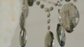 Πολυέλαιος κρυστάλλου Μεγάλα κλασικά κρύσταλλα Χαμηλή γωνία που πυροβολείται ενός μεγάλου όμορφου πολυελαίου πολυτέλειας κρυστάλλ απόθεμα βίντεο