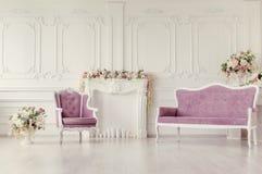 Πολυθρόνα και καναπές Εσωτερικό, που διακοσμείται όμορφο με τα λουλούδια Τονισμός στο ύφος του instagram στοκ φωτογραφία με δικαίωμα ελεύθερης χρήσης