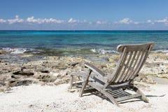 Πολυθρόνα στην παραλία με το συμπαθητικό εν πλω τοπίο άποψης Στοκ Εικόνες