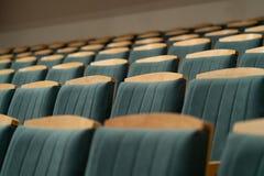Πολυθρόνες σε ένα κενό δωμάτιο στοκ εικόνες