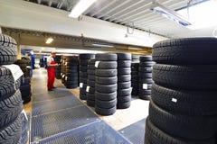 Πολυκατάστημα με τα ελαστικά αυτοκινήτου αυτοκινήτων σε ένα γκαράζ - αλλαγή ελαστικών αυτοκινήτου Στοκ εικόνα με δικαίωμα ελεύθερης χρήσης