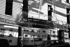 Πολυκατοικία του Μανχάταν που καταβρέχεται με το φως του ήλιου Στοκ Εικόνες