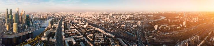 Πολυκατοικίες και μεταφορά της μητρόπολης, της κυκλοφορίας και των μουτζουρωμένων φω'των των αυτοκινήτων στις πολλών δρόμων εθνικ στοκ εικόνες