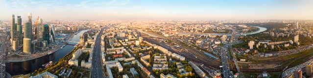 Πολυκατοικίες και μεταφορά της μητρόπολης, της κυκλοφορίας και των μουτζουρωμένων φω'των των αυτοκινήτων στις πολλών δρόμων εθνικ στοκ φωτογραφία με δικαίωμα ελεύθερης χρήσης