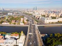 Πολυκατοικίες πανοράματος και μεταφορά της μητρόπολης, του αναχώματος Frunzenskaya και του τρίτου δαχτυλιδιού μεταφορών, αυτοκίνη στοκ φωτογραφίες με δικαίωμα ελεύθερης χρήσης